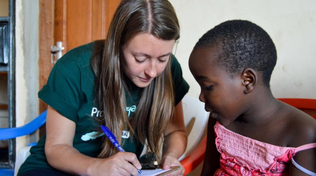Interna registrando información de paciente durante sus prácticas médicas en Tanzania.